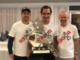 Ecco Roger Federer al centro della foto col 100° trofeo vinto in carriera da singolarista professionista (Atp Dubai marzo 2019) (Foto: credits to https://www.facebook.com/Federer/)