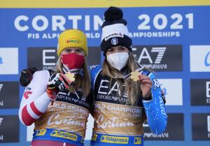 Da sinistra: Katharina Liensberger (Austria) e Marta Bassino (Italia), medaglia d'oro ex-aequo nella gara di Parallelo individuale ai campionat mondiali in corso a Cortina d'Ampezzo  (Fonte foto: credits GIO AULETTA - PENTAPHOTO @Cortina2021)